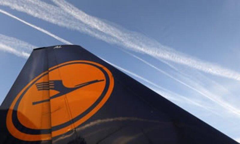 Lufthansa busca congelar salarios y lograr que el personal trabaje una hora más cada semana.  (Foto: Reuters)