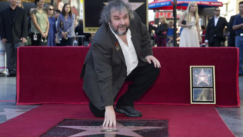 El director de cine Peter Jackson posa con su estrella en el Paseo de la Fama de Hollywood