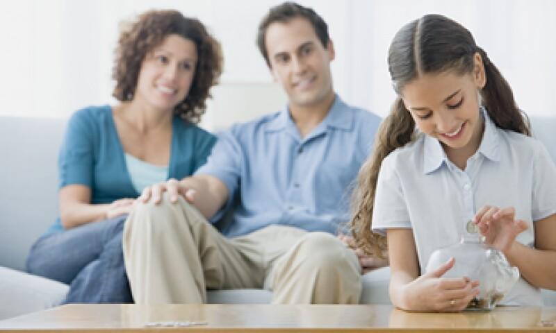 Quizá al principio no sea fácil enseñar a tus hijos a manejar su dinero, pero no importa qué tan mal tome el niño las primeras explicaciones, hay que seguir intentando, señalan los expertos.  (Foto: Getty Images)
