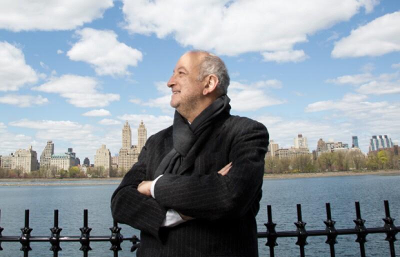 Es uno de los visionarios que está cambiando el perfil de la ciudad. Ahora mismo está trabajando en proyectos con la NASA y La Biblioteca pública de NY.