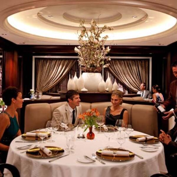 En su interior existen más de cinco restaurantes con diferentes estilos de gastronomía.