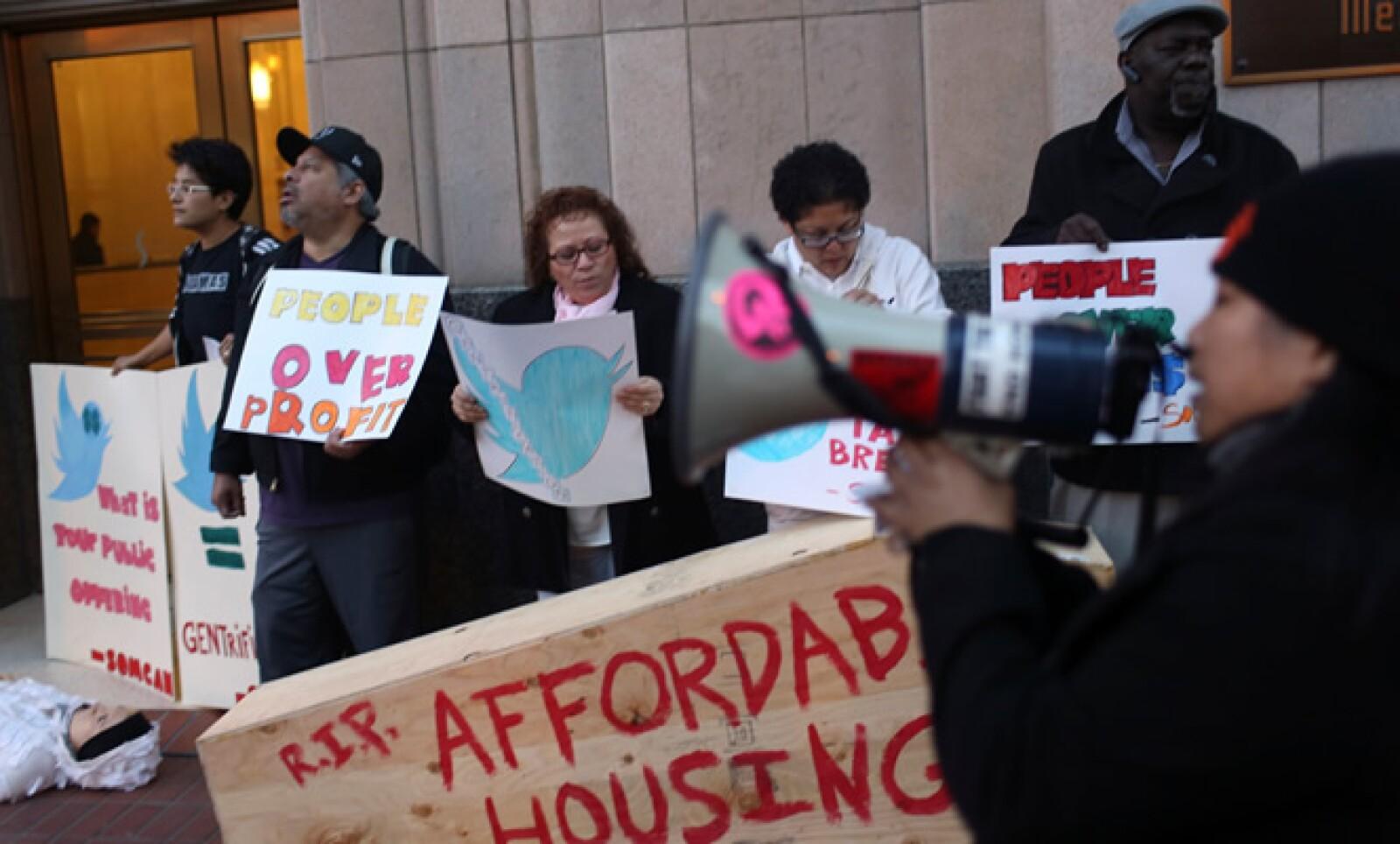Un grupo de personas se manifestó contra los recortes de impuestos corporativos y los altos costos de la vivienda durante el debut del microblog.