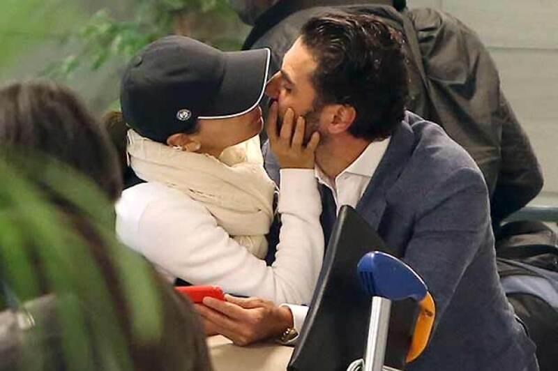 Como pocas veces, la actriz y el empresario fueron fotografiados muy cariñosos en el aeropuerto de París.