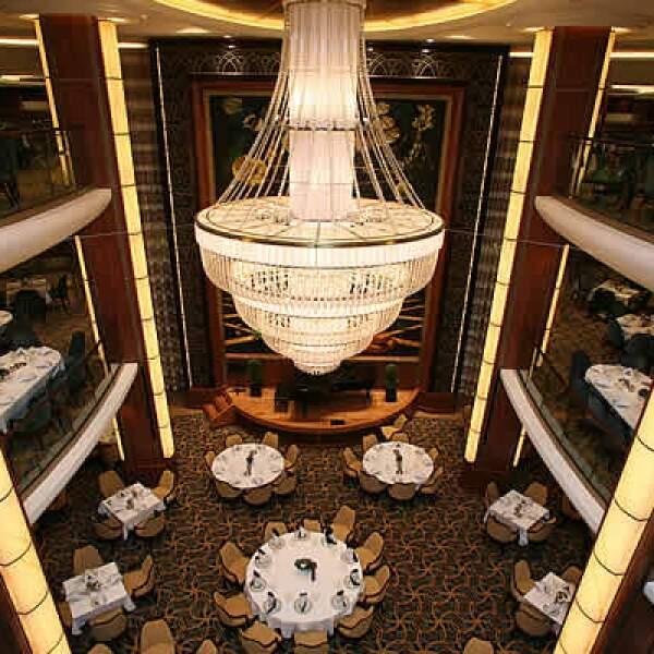 La nave cuenta con más de 25 restaurantes bares en los cuales uno podrá disfrutar de comidas y bebidas en todo tipo de ambientes y estilos.