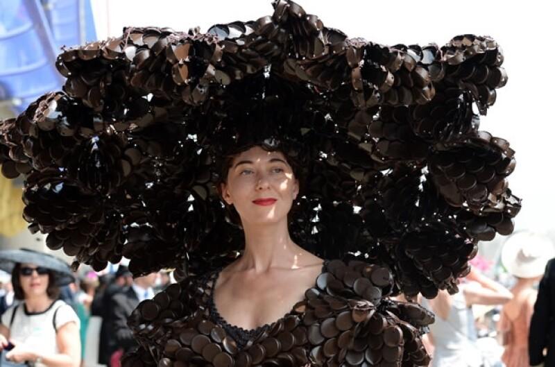 Usar sombrero es indispensable, así que las invitadas realmente se esfuerzan por destacar.