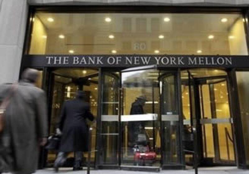 La entidad Bank of New York Mellon pagará dividendos trimestrales de 9 centavos por acción.  (Foto: AP)