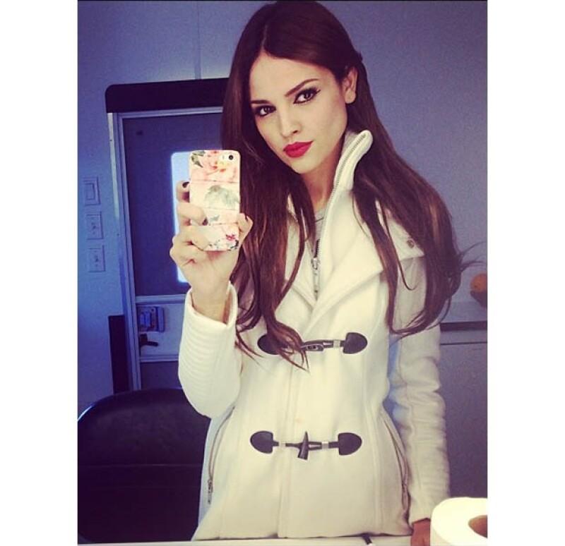La cantante y actriz compartió en su Instagram imágenes de su nuevo tono de pelo, dejando atrás el rubio que la caracterizaba desde hace unos años.
