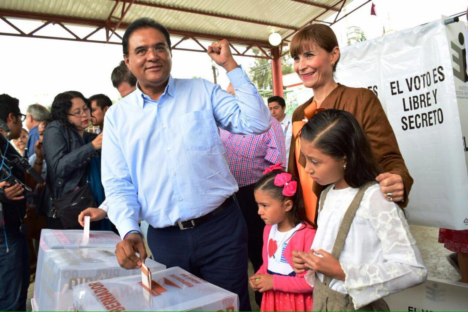 Benjamín Robles Montoya candidato del PT en Oaxaca a la gubernatura, votó en la casilla básica 0481