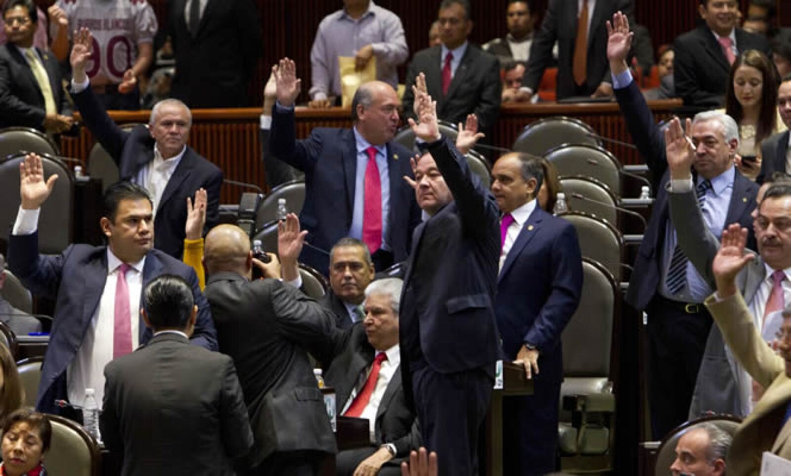 La ley de Hidrocarburos fue aprobada en lo general por 330 votos a favor y 129 en contra. Los diputados de izquierda entonaron el himno nacional y consignas contra la reforma energética, mientras que sus pares del PRI y PAN contestaban con el grito 'Méxic