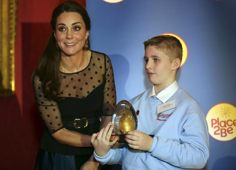 Un estudiante recibió un reconocimiento de manos de la duquesa de Cambridge.