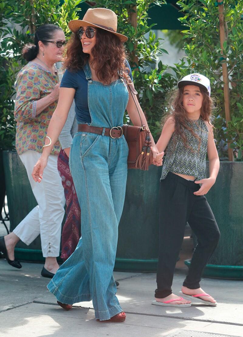 Con un look casual, la actriz mexicana y su hija de siete años fueron vistas caminando tomadas de la mano en West Hollywood.