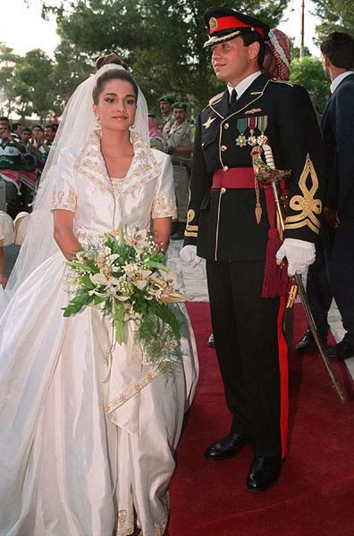 En su boda en 1993 con el entonces Príncipe Abdullah, Rania de Jordania usó un vestido con detalles dorados y de manga corta.
