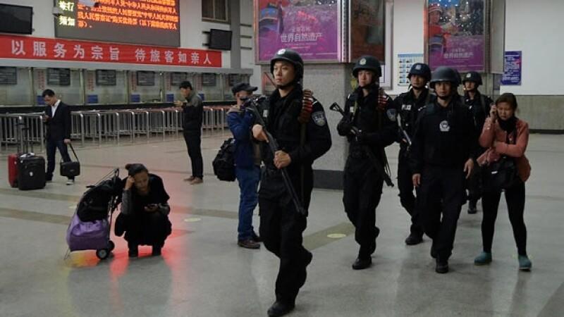 policía vigila estación de tren China