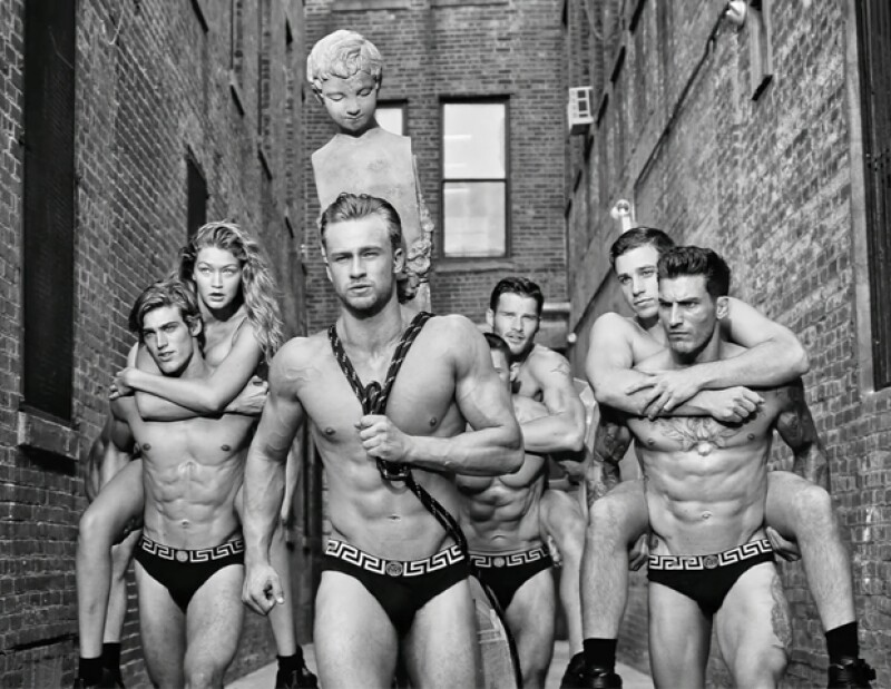 Versace lanza su primera fragancia masculina para hombres jóvenes, Dylan Blue. No dejes de ver el fashion film en exlcusiva y el &#39making of&#39 donde Gigi Hadid es protagonista.