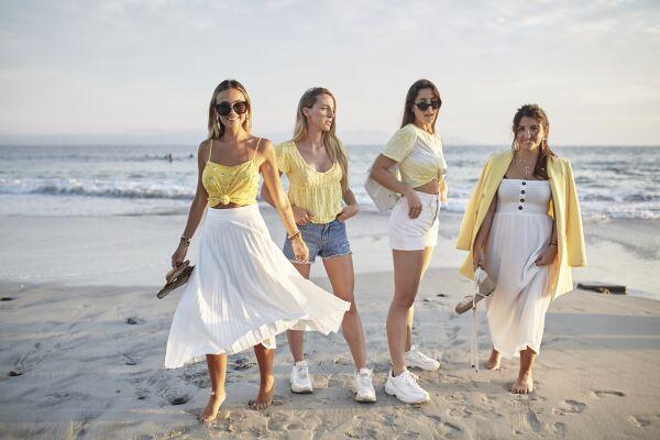 Influencers y amigas en Punta Mita en looks de Stradivarius en tonos amarillos