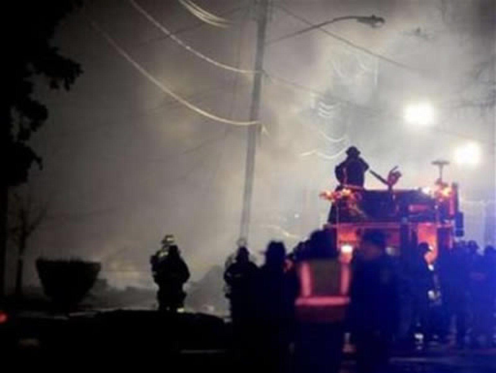 Varias brigadas de bomberon aniquilaron las llamas que se produjeron por la turbosina derramada.