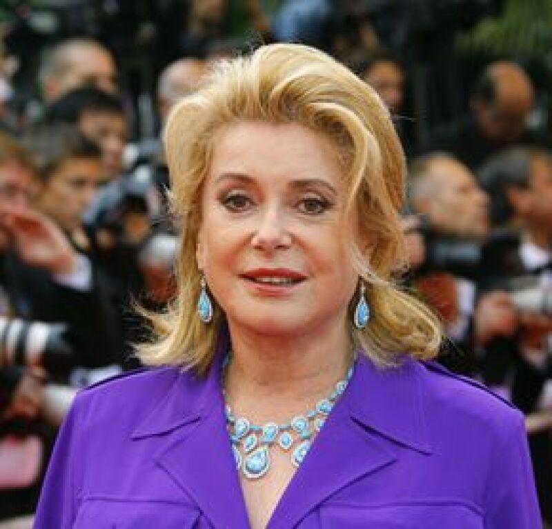 Catherine Deneuve es embajadora de la UNESCO y ha sido imagen de varias marcas de belleza como Chanel.