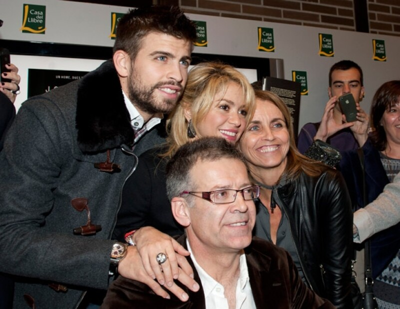 La cantante colombiana y el futbolista español reaparecieron ante el reflector, y esta vez con la familia del jugador del Barça. Con esto callan los rumores sonbre una supuesta separación.