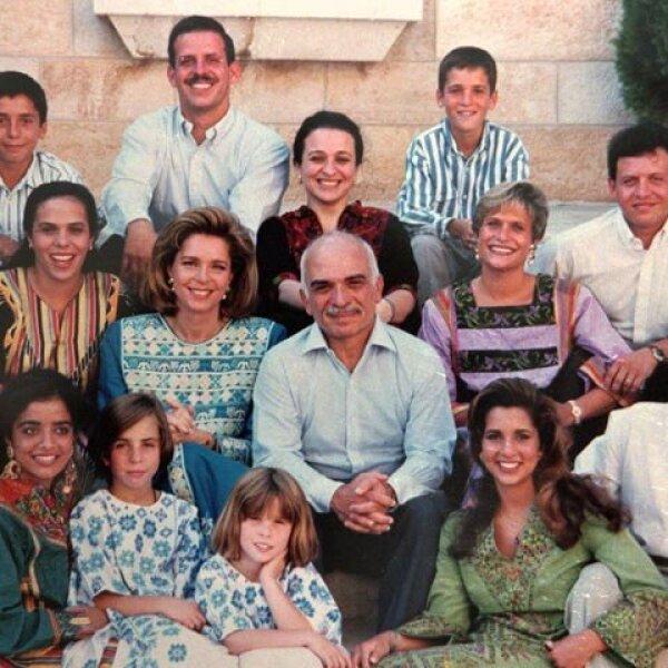El rey y la reina en una foto familiar con sus 12 hijos en el palacio real, en 1995. Están príncipe Hamzah, el príncipe Faisal, la princesa Alia, el príncipe Hashem, la princesa Zein, la princesa Aisha, el príncipe Abdullah, la princesa Abeir, la princesa