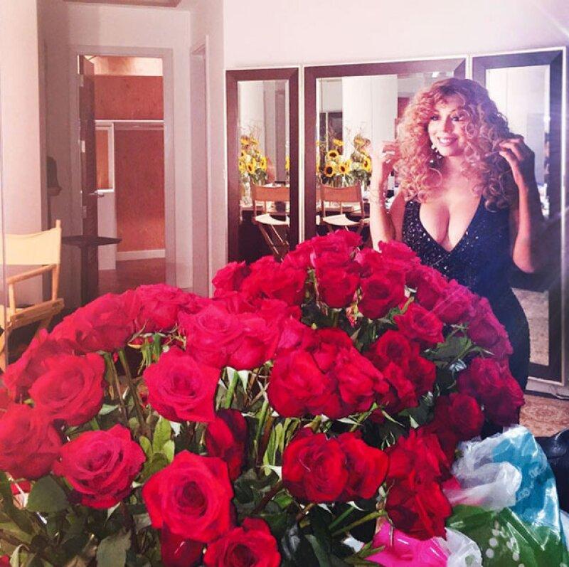 Mariah recibió grandes ramos de rosas en su camerino, que creemos le mandó su nuevo novio, el millonario James Packer.