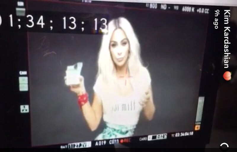 Kim mostró el behind the scenes del video en Snapchat para mostrar que no se hizo Photoshop.