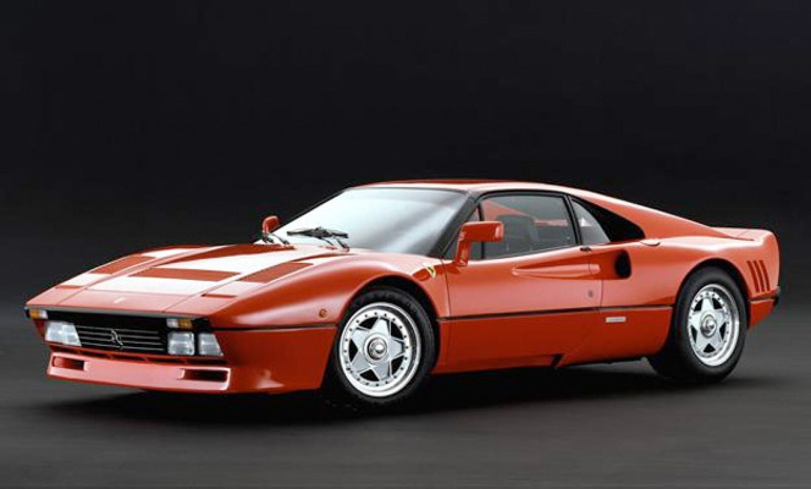 Se fabricaron sólo 272 autos  de este modelo entre 1984 y 1986. La potencia de este modelo es descomunal: en el motor tenía dos turbocargadores que le permitían desarrollar los 400 caballos de fuerza y una velocidad tope de 305 Km/h.
