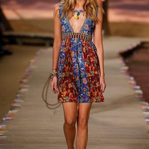 Vestido de estampado floral y sneakers.