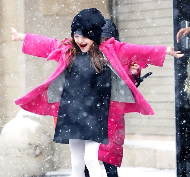 El martes pasado se anunció una fuerte nevada en la ciudad cosmopolita y fue la hija de Tom Cruise y Katie Holmes una de las primeras en salir a disfrutar de este regalo del invierno.
