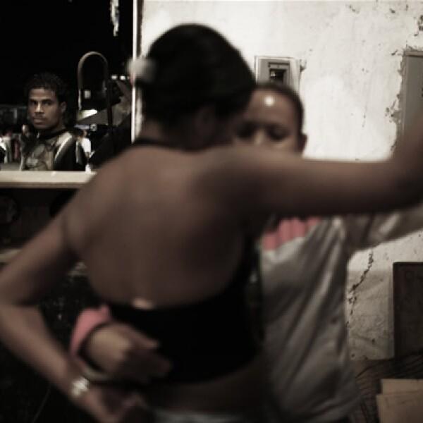 Jacqueline, de 17 años y madre de un niño de tres meses vive en una de las favelas paulinistas que surgieron desde los 50 y los 70 con la emigración del noreste del país en busca de mejores oportunidades. Su familia gana menos de 200 dólares al mes. Aquí