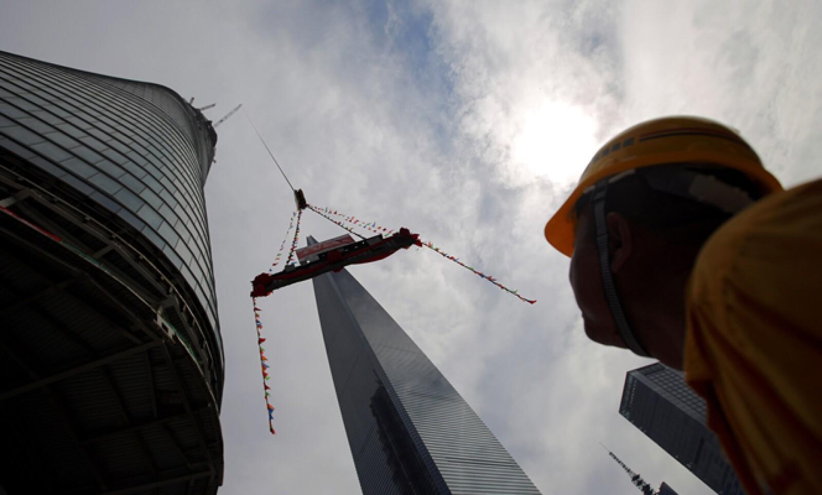 La torre sólo es superada por la de Burj Jalifa, en Dubai, en los Emiratos Árabes Unidos, de 824 metros y 124 pisos.