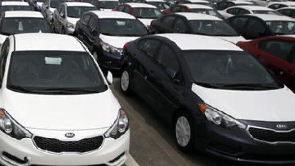 Las familias aumentaron sus compras de automóviles. (Foto: Reuters )