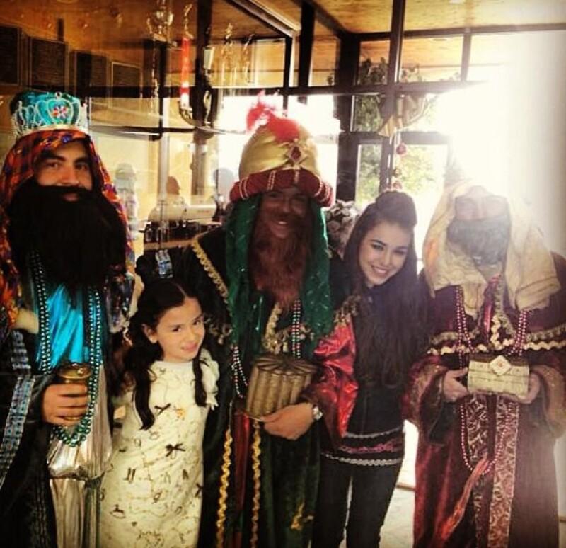 La joven cantante hizo un viaje a Ciudad Juarez para repartir regalos de dia de Reyes.