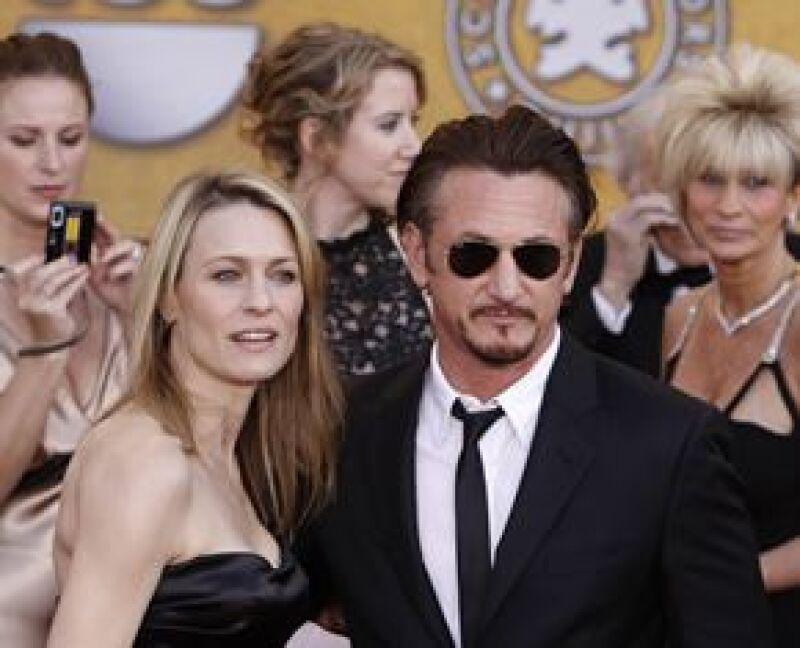 Penn derrotó como Mejor Actor a Brad Pitt, Richard Jenkins, Frank Langella y Mickey Rourke. Aquí en la alfombra roja con su esposa Robin Wright.