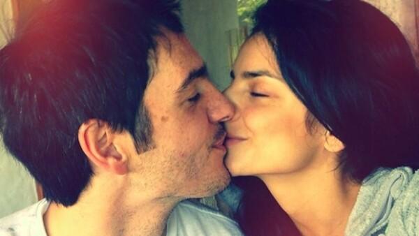 Con un tierno beso, la pareja le dice al mundo cuánto se aman.