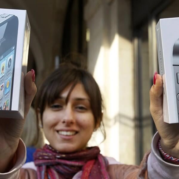 Amy Shoaw, la primera compradora en la tienda oficial de la firma de la manzana en Londres, adquirió los dos modelos.