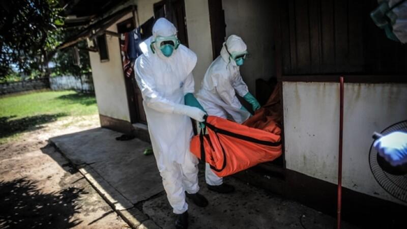 Personal de salud traslada el cadáver de una persona que murió a consecuencia del ébola en Liberia