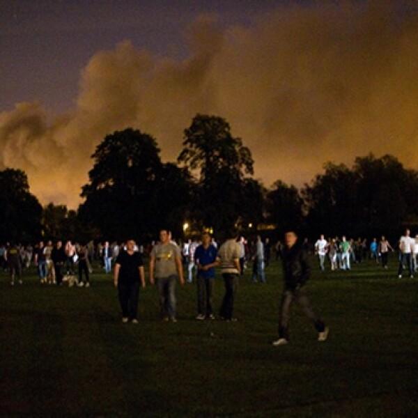 un grupo de gente intenta proteger su comunidad de los disturbios