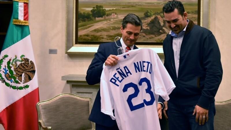 El presidente Enrique Peña Nieto (izquierda) sostiene una camisa de Los Ángeles Dodgers junto al jugador Adrián González