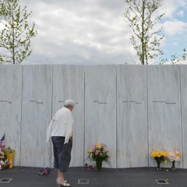 Una mujer deposita flores en el memorial a las víctimas del 11S en Pennsylvania
