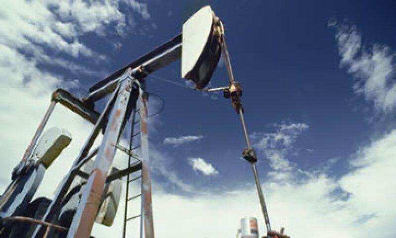 La AIE recortó su estimación de demanda de crudo de la OPEP en 2017 a 29.99 millones de bpd.  (Foto: AP)