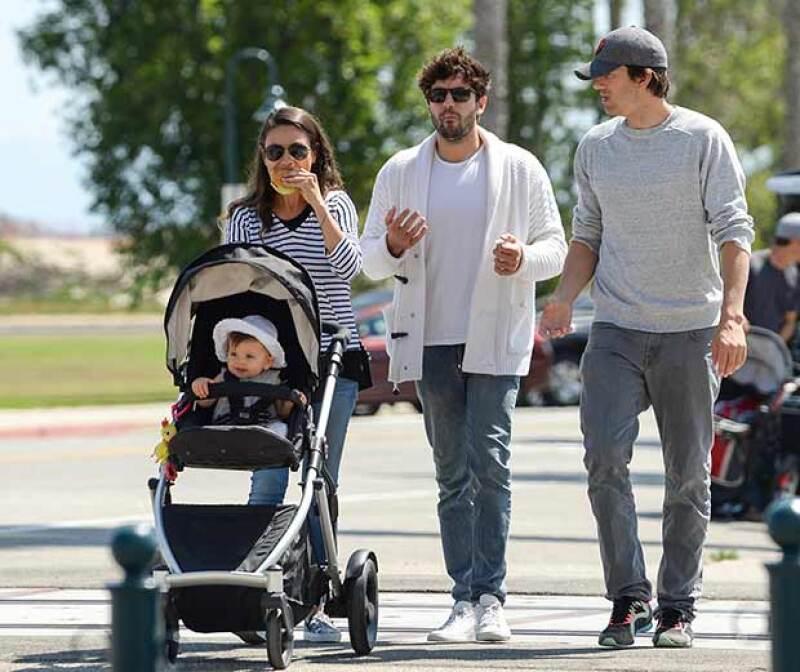 Los actores y su hija fueron fotografiados en la ciudad costera de Carpintería, California.
