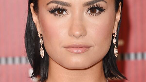 Demi Lovato: Nos encantó su sleek back hair y sus pestañas de impacto.