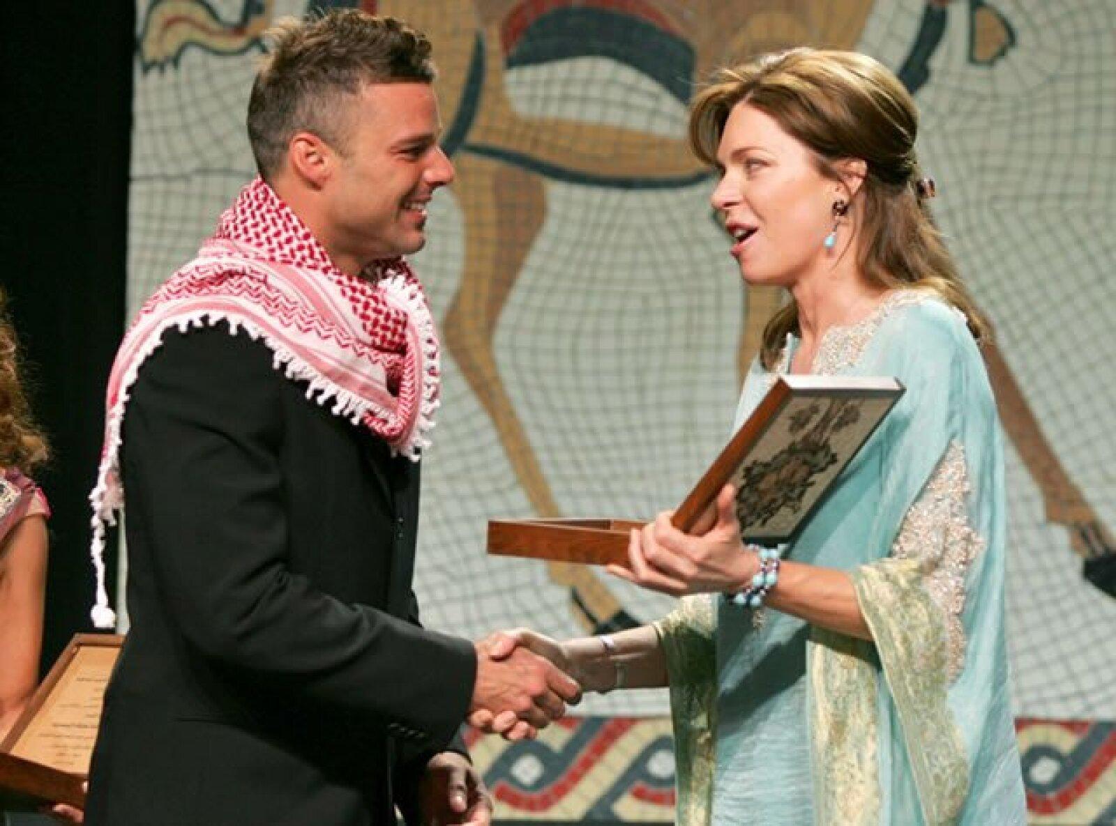 Como embajador de la UNICEF, Ricky Martin recibió por parte de la reina un regalo en la ceremonia de apertura del congreso a favor de los niños en Amman en 2005.