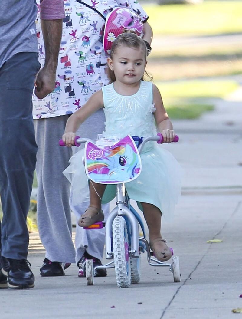 La pequeña Elena se mostró segura al volante de su bici entrenadora.