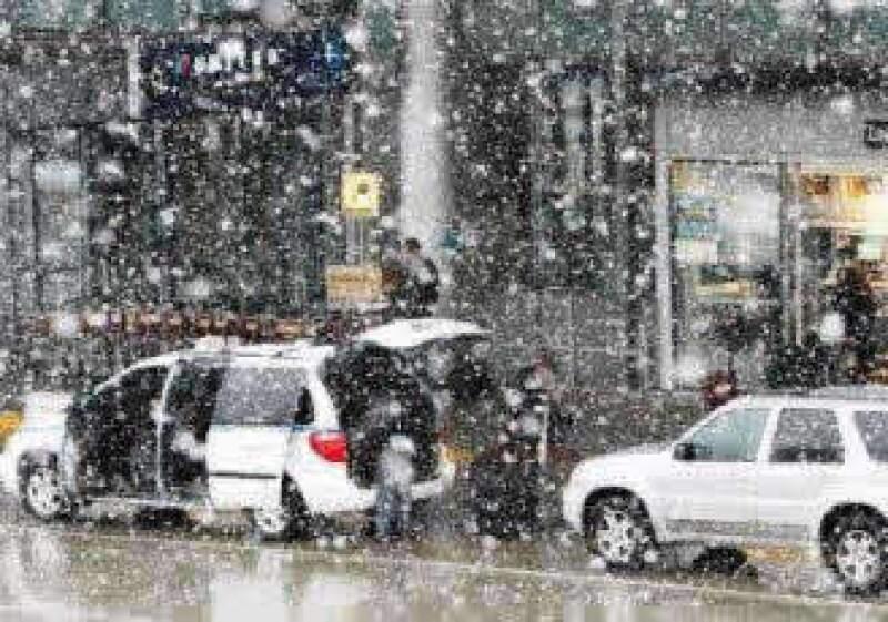Las intensas nevadas cubren las carreteras de EU y dejan varados a varios automovilistas. (Foto: AP)