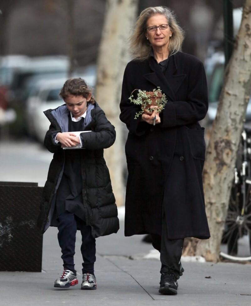 En esta imagen, Annie aparece al lado de su hija mayo Sarah.