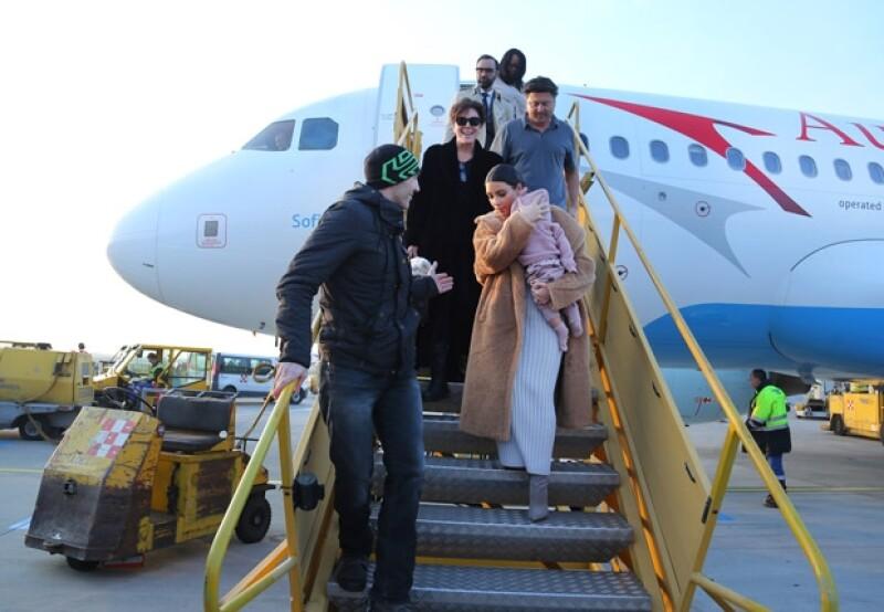 Kim bajó las escaleras del avión de manera muy cuidadosa mientras llevaba a su primogénita en brazos.