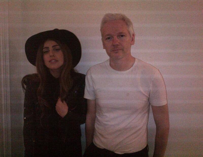 La cita fue en la embajada de Ecuador en Londres; la cantante subió una foto de este encuentro.