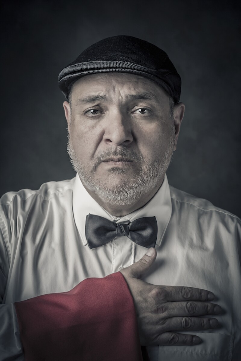 Gerardo González como el mesero que se convierte en testigo de la cita.