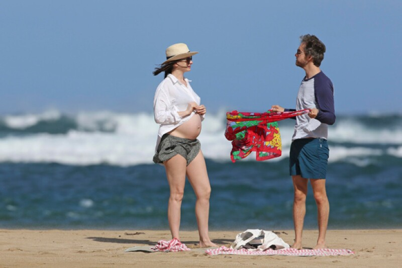 Las imágenes paparazzi a las que la actriz se quiso adelantar, publicando primero su embarazo en sus redes sociales, han salido a la luz.